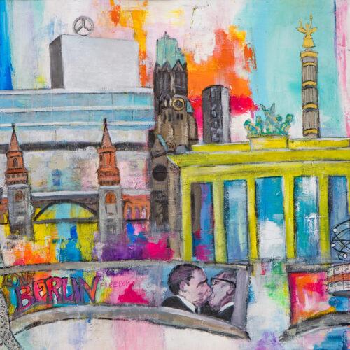 """Das Originalgemälde zeigt auf einer 150 x 100 cm großen Leinwand die Wahrzeichen von verschiedenen Stadtteilen Berlins und entstand 2019 anlässlich des Jubiläums """"30 Jahre Mauerfall"""". Es ist im Graffiti-Style gemalt und zeigt im Vordergrund die geöffnete Berliner Mauer mit einem der bekanntesten Gemälde der Mauer, welches 1990 (von Dimitri W. Wrubel) entstand und Leonid Breschnew und Erich Honecker beim Bruderkuss darstellt. Links im Hintergrund sieht man den Ost-Berliner Fernsehturm, die Oberbaumbrücke, das Monumentalkunstwerk Molecule Man sowie das Europa-Center. In der Mitte sind die Kaiser-Wilhelm-Gedächtniskirche in Charlottenburg neben dem neuen Kirchturm und das Brandenburger Tor an der Westflanke des Pariser Platzes abgebildet. Natürlich fehlt als eines der wichtigsten Sehenswürdigkeiten Berlins auch nicht - die Siegessäule auf dem Großen Stern im Großen Tiergarten. Rechts daneben sieht man den Fernsehturm in Berlin-Mitte und unten die Urania-Weltzeituhr am Alexanderplatz."""