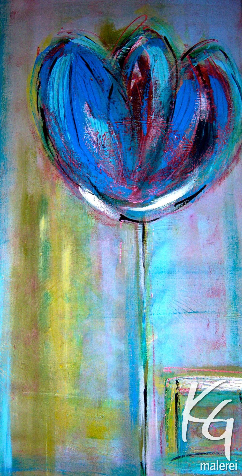 Das Gemälde Blue Flower zeigt eine blaue Blume im abstrakten Stil vor einem undeutlichen Hintergrund