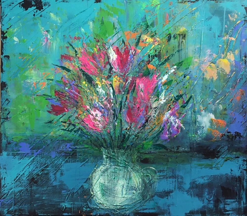 Das Gemälde Blumenstrauss im Glas auf Fensterbank zeigt einen Strauss aus Wiesenblumen in einer Glasvase vor türkisem Hintergrund auf blauer Fensterbank. Die Blumen sind in den Farben pink, rot, gelb und orange. Der Stil ist modern und abstrahiert.