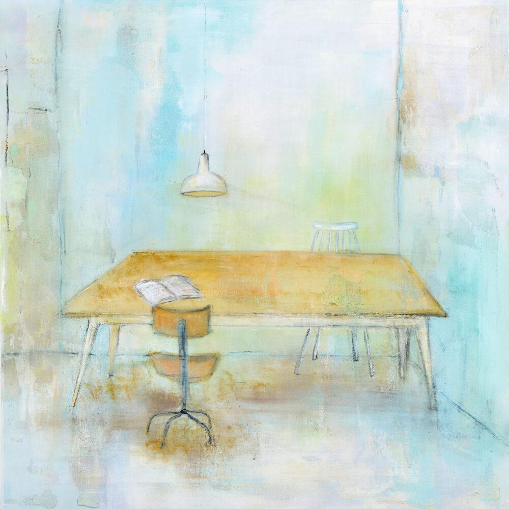 """Das Bild zeigt einen großen Holztisch in der Mitte eines Raumes. Vor und hinter dem Tisch stehen je ein Stuhl, die verschieden aussehen. Über dem Tisch ist eine Hängelampe an der Decke befestigt, auf dem Tisch liegt vor dem vorderen Stuhl ein aufgeschlagenes Buch. Aussage des Bildes: Anregung zum """"mal wieder in Ruhe ein Buch lesen"""", """"sich Zeit nehmen"""", digitale Medien mal eine Zeit lang vernachlässigen. Die Szenerie besticht durch sanfte Farben wie Weiß, Hellblau, Gelb oder Hellbraun."""