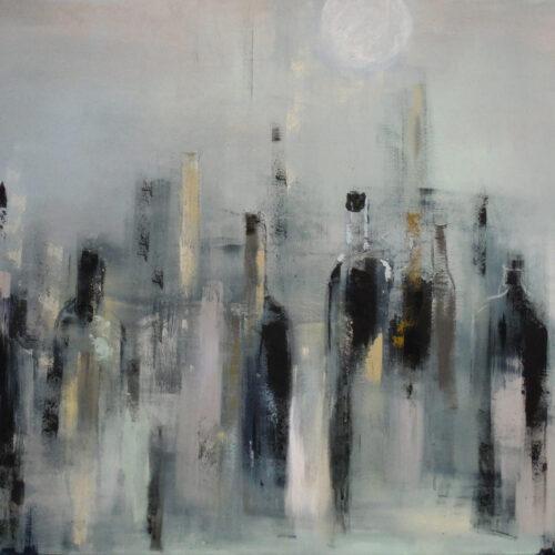 Das edel wirkende Gemälde zeigt verschiedene Weinflaschen in abstraktem Stil und in gedeckten Farben vor einem grauen Hintergrund. Es überwiegen graue und schwarze Elemente, die durch hellblaue, hellgrüne, hellrosa und goldene Akzente ergänzt werden. Der abstrahierte Stil und die reduzierte Malweise machen das Bild zu einem echten Hingucker