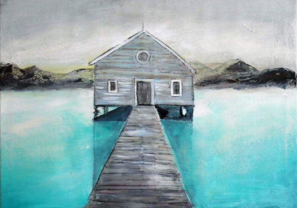 Das Gemälde Haus auf dem Wasser zeigt ein Bootshaus am Meer von Norwegen mit einem Steg und einer Hügellandschaft im Hintergrund. das Wasser ist türkis und glasklar, der Himmel rein und hellgrau. Die Sonne geht gerade unter. Romantische Stimmung.