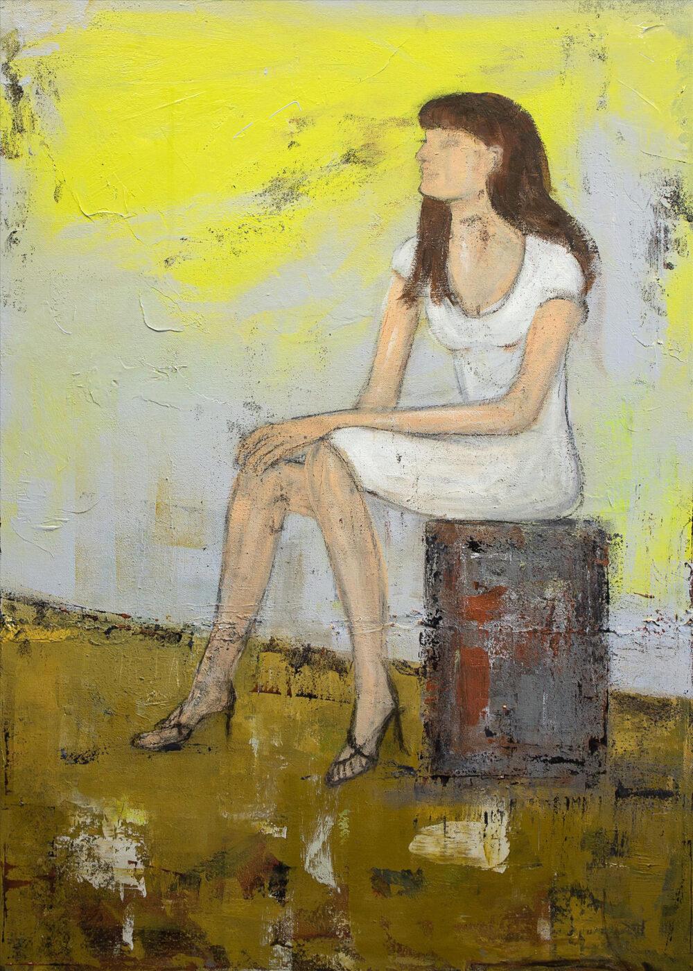 Das Gemälde zeigt eine junge Frau in einem weißen Kleid, schwarzen Riemchensandalen mit Absatz und offenen, langen braunen Haaren, die in der angedeuteten Sonne auf einem Koffer sitzt und wirkt, als würde sie gerade eine kurze Pause machen und sich entspannen.