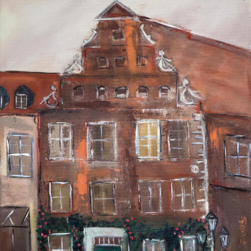 Das Bild zeigt das Lüneburger Heinrich-Heine-Haus Am Markt in Braun- und Rotbraun-Tönen mit rankenden roten Rosen an der Fassade und einem kieselgrauen Hintergrund/ Himmel.
