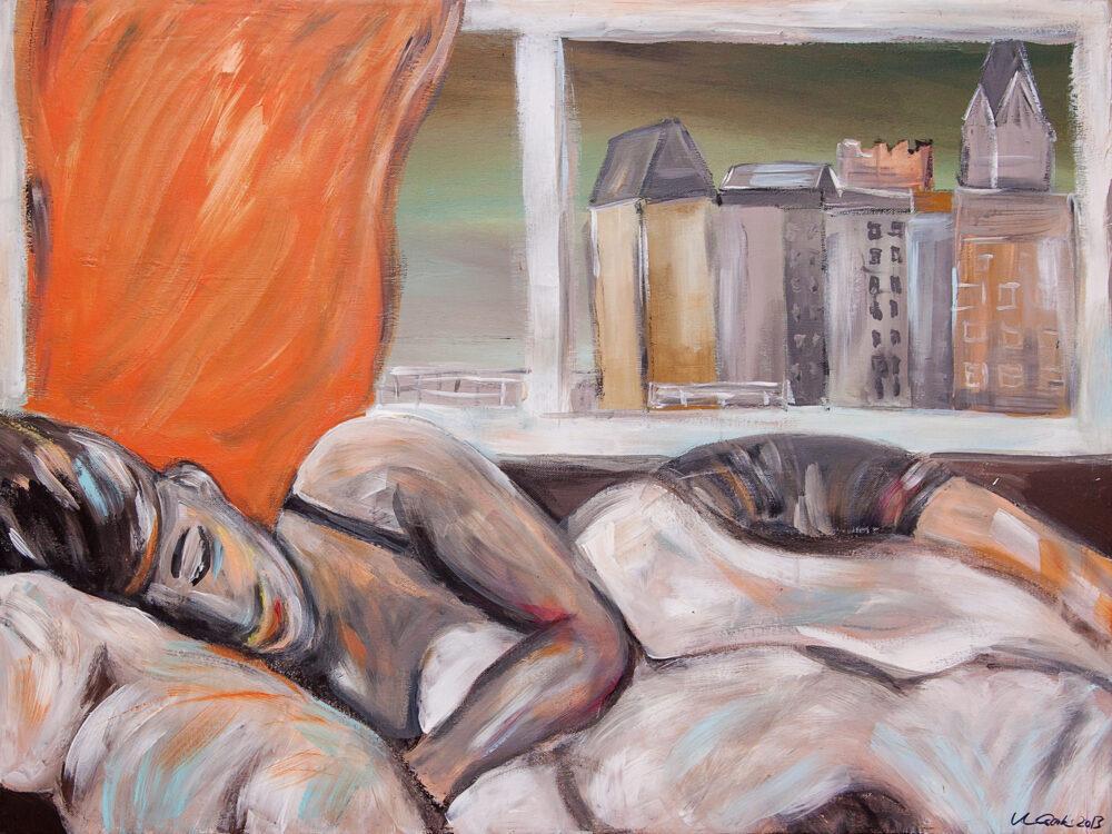 Das Gemälde Lüneburg Nacht im Hotel zeigt eine dunkelhaarige junge Frau, die in einem Bett lieg und schläft. Im Hintergrund ist ein Fenster mit wehender orangefarbener Gardine und das Fenster gibt den Blick frei auf das Lüneburger Wasserviertel. Die Farben sind gedeckt, die Atmosphäre entspannt, der Stil expressionistisch.