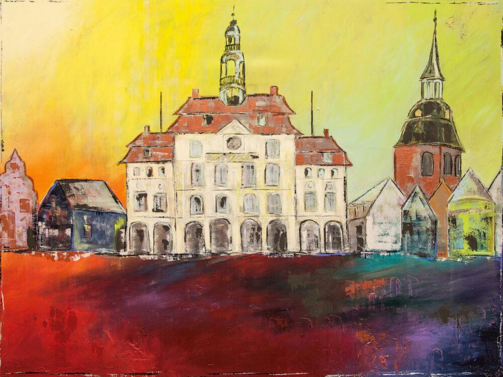 Gemälde Lüneburg Rathaus am Markt zeigt Rathaus Lüneburg und Marktplatz, Michaeliskirche in leuchtenden Farben. Gelb- und Rottöne mit Lila, Beige, Türkis, Blau und Braun. Das Rathaus steht vor dem Roten Platz, dem roten Marktplatz in Lüneburg, der Himmel ist sonnengelb. Die Atmosphäre ist sommerlich.