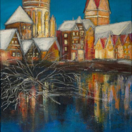 Das Gemälde oder auch Bild zeigt den kleinen und den großen Lüneburger Wasserturm, die Ratsmühle und die St. Johanniskirche sowie einige kleinere Häuser der Nachbarschaft zur Weihnachtszeit beleuchtet und in ausdrucksstarken Farben. Die Szenerie spiegelt sich auf dem Eis der Ilmenau, auf der ein vereister Ast liegt. Es zeigt den Blick, dem man vom Museum Lüneburg aus rüber zur Ratsmühle und Wasserturm mit Johanniskirche hat. Warme Gelb- und Orangetöne stehen im angenehmen Kontrast zu frischen Blautönen. Die Dächer sind schneebedeckt. die Gebäude spiegeln sich in der leicht zugefrorenen Ilmenau mit schneebedecktem Baum-Ast. Der Lüneburger Wasserturm wird jedes Jahr mit dem Wichern-Adventskranz bestrahlt, was man auf dem Gemälde auch schön erkennt. Die Idee des leuchtenden Adventskranzes entstand 2008 anläßlich des 200. Geburtstages von Johann Hinrich Wichern. Wolfgang Graemer sorgte für die technische Realisierung. Lüneburger und Touristen können per Spende jeden Tag im Advent eine Kerze mehr erstrahlen lassen, die Spenden kommen sozialen Projekten zu Gute. Eine schöne Idee, der die Malerin Karin Greife mit diesem Gemälde im kleinen Rahmen Aufmerksamkeit zukommen lassen möchte.