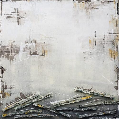 Das abstraktes Gemälde Mit Hund am Strand zeigt einen grauen Hintergrund mit goldenen Unterbrechungen, unten eine Reihe Hölzer.