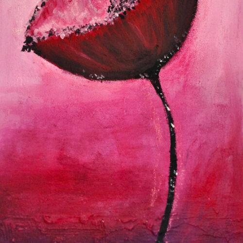 Das Gemälde Mohn zeigt eine einzelne kräftig rote Mohnblume vor rosa lila Hintergrund