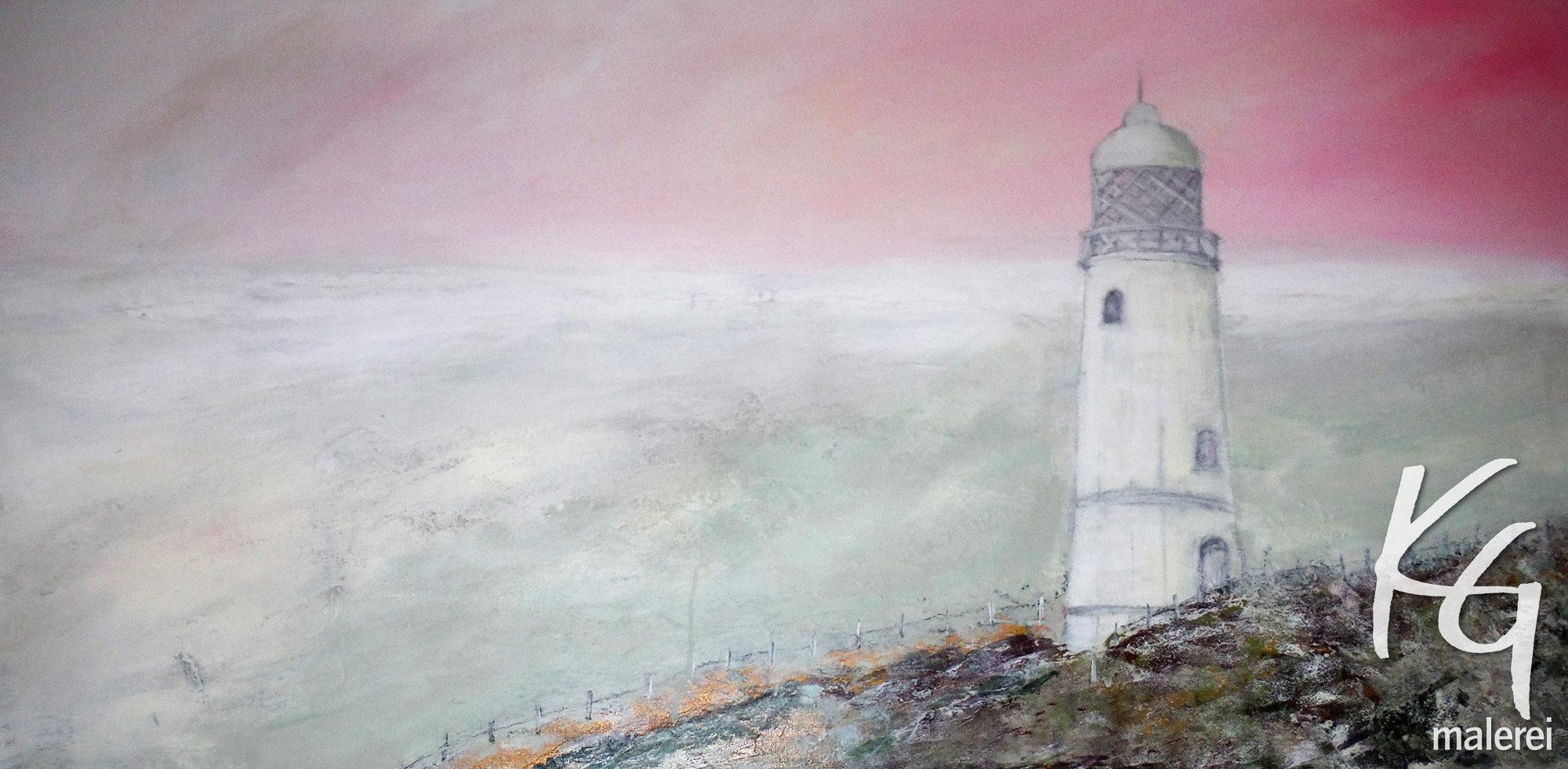 Das Bild zeigt einen weißen Leuchtturm an einem unbestimmten Ort an der Nordsee in leichtem Morgennebel mit rosarotem Himmel, weißem Horizont, und kieselgrauem Wattenmeer mit hellgelben Akzenten. Er steht am Rande eines Steinhügels in den Farben Olivgrün, Braun und Ocker, am Strand entlang führt ein Zaun und zu dem Leuchtturm ein kleiner Weg. Romantisch-verträumte Szenerie.