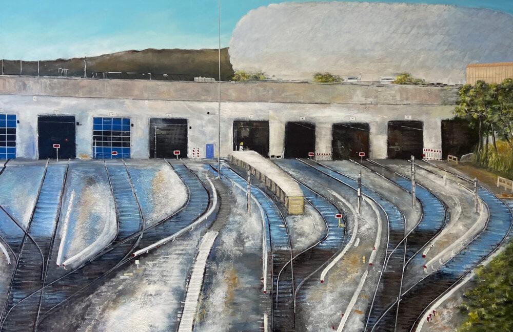 Das großformatige Gemälde München Allian Arena zeigt den Fahrweg zum Stadion in kalten Farben weiss, blau, braun, schwarz. Zu sehen sind die Gleise, die Arena, Bäume am rechten Rand. Ausdrucksstarke Interpretation einer Gleislandschaft in Bayern.