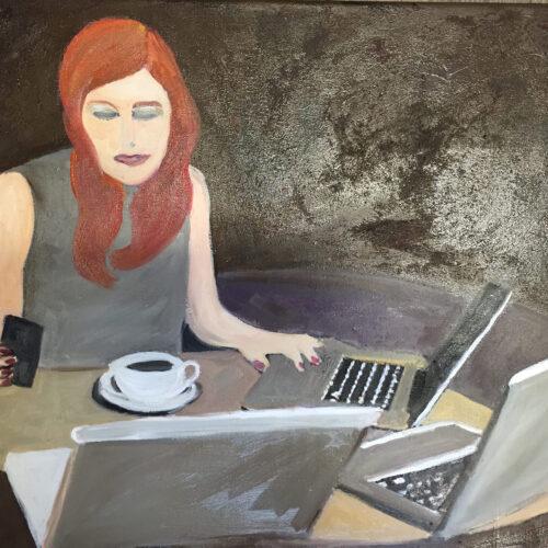 Das Gemälde Multiplayer zeigt eine junge, rothaaarige Frau, die gleichzeitig auf 3 vor ihr stehende Laptops sowie auf ein Mobiltelefon schaut, vor ihr steht eine weiße Tasse mit schwarzem Kaffee, ihre Fingernägel sind rot lackiert, der Hintergrund ist dunkel, die Farben gedeckt. Die Frau ist geschminkt mit Lidschatten und Lippenstift.