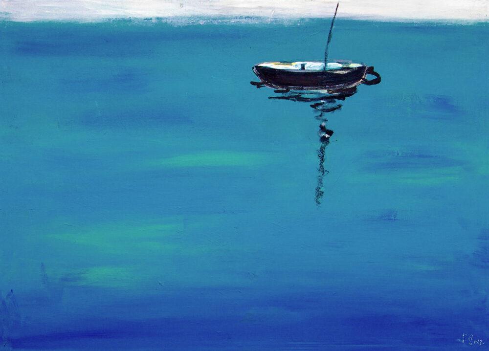 Das Gemälde Ruhe auf dem Wasser zeigt ein verlassenes kleines schwarzes Boot auf stiller See, ein Motiv, das entspannt, Ruhe ausstrahlt