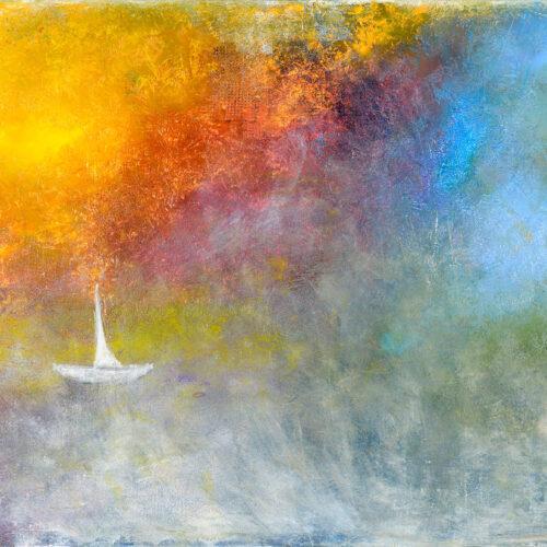 Das Gemälde Sailing zeigt ein kleines weißes Segelboot vor einem eindrucksvollen bunten Hintergrund aus Gelb, Orange, Rot, Blau, Grün, Lila, Rosa und Grau.