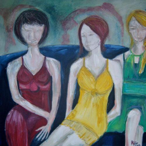 Das Bild zeigt drei junge Frauen nebeneinander sitzend auf einem blauen Sofa. Eine der Frauen ist dunkelhaarig, eine ist rothaarig, die dritte blond. Sie tragen ein rotes, ein gelbes und ein grünes Kleid, ihre Gesichter sind nur angedeutet, die Haut sehr hell. Sie wirken, als wenn sie auf etwas warten würden.