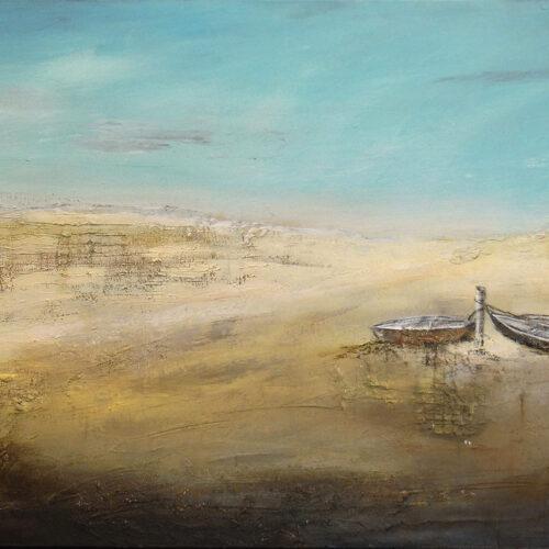Gemälde Wasserfest zeigt eine Strandszenerie an einem Sommertag mit kleinem Strandhäuschen und drei an einem Pflock angeleinten Booten, romantisch und verträumt. Farben: beige, sand, blau, gelb, ocker, weiss.